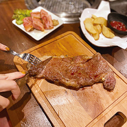 牛カイノミ&牛ハラミステーキも食べ放題。※上記食べ放題プランには下記メニューも食べ放題となります。お一人様1回のご注文につきステーキ1枚、他メニュー1品までとなります。