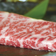 お肉のプロが厳選した赤身肉の豊富な絶品牛ステーキの単品メニュー。上質なお肉をこころゆくまで楽しめます