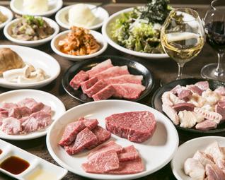 和牛焼肉×飲み放題付の定番コース。 タン塩、塩・タレ焼き盛り合わせが全て楽しめる人気の宴会コースです。