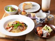 サラダと3種類の小鉢、スープ、選べるメインとパスタ又はオムライスを含む充実のセットです。料理は日替わりなので、毎日通っても飽きのこないセット。デザートとドリンクはプラス料金で追加できます。