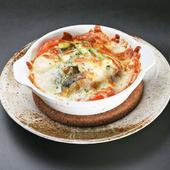 田楽味噌とトマトが絶妙にマッチング。食べ応え抜群の『おでん屋の味噌チーズグラタン』