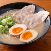 豚骨スープに細麺がからむ『煮卵ラーメン』