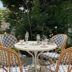 ガーデン内には溢れんばかりの光と緑、そしてハーブの香りを楽しみながらTeaを楽しめるガーデン席もあり、まるでヨーロッパ映画のワンシーンのような優雅な午後のひとときをお過ごしください。