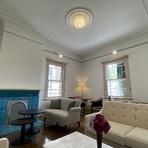 邸内ではソファやゆったりとしたチェアが配置され、ところどころに当時を思わせるような意匠や明治期のオリジナルとも言える鮮やかな青のタイル張りの暖炉が。穏やかで、ゆったりとした時間が流れます。
