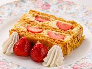 コアントローの香りが漂う上品なカスタードクリームとともに、たっぷりの苺がパイ生地でサンドされた贅沢なデザート。シャンパンと楽しむスイーツとしても名高く、大人の贅沢な午後のひとときを演出してくれます。
