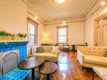 青いタイル張りの色鮮やかな暖炉が印象的な、寛ぎのスペース