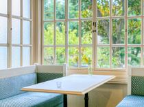 大きな窓から差し込む自然光と、木々の緑が清々しい気分に