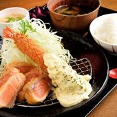 刺身でも食べられるサーモンを使った贅沢なメニュー『サーモンレアカツとジャンボ海老フライ定食』