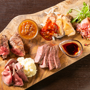 極上赤身肉のばくだんステーキ&ザブトンステーキ各100g、驚くほどなめらかなマッシュポテトを添えた大人のローストビーフ、伊勢赤鷄のスチームグリル、鹿児島県産六白黒豚のローストポークの盛り合わせ。