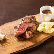 アンガスプライムビーフの肩ロースを、できるだけ分厚くカットした贅沢ステーキ。しっかりとした赤身の旨味が、噛むほどに口の中に広がります。たくさん食べても胃もたれしにくいのも特徴です。