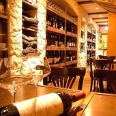 セラーには世界のワインが100種類以上!!