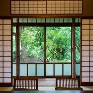 窓の向こうには一面の緑。日本の原風景を思い起こさせるような、豊かな自然を望むことができます。贅沢な風景とおいしい料理で会話は弾み、思い出に残る一日となるでしょう。