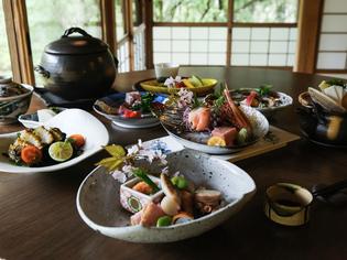 美しく盛付けられた料理が並ぶ『桐箱』