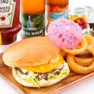 当店一番人気のパイナバーガーは牛肉を100%使用したこだわりの自家製パティとガツンと濃厚な旨みのバーベキューソースが大好評!お肉の旨みを存分に味わうことができるハンバーガーとなっております。