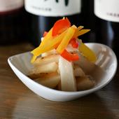 和のテイストを利かせ、食感も楽しめる『長芋とパプリカのピクルス』