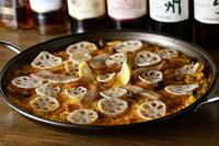 肉の旨みと、サフランの香ばしい香りに食欲が促進される『豚トロとキノコのパエリア』