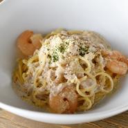 淡路製麺所から取り寄せる生麺はモチモチとした食感で、ソースとの絡みも抜群です。イタリアの高級キノコ「ポルチーニ茸」の贅沢な香りと海老の程よい塩味が見事にマッチ。