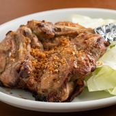 味付けもいろいろ。雛鳥と親鳥の2種類から選べる『骨付鶏』