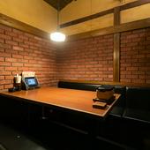 レンガ調の壁がオシャレな個室。女子会にもオススメ