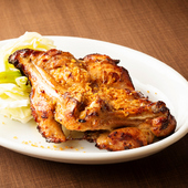 大満足のボリューム感。一人で食べても、みんなで食べてもおいしい『骨付ひな鶏』