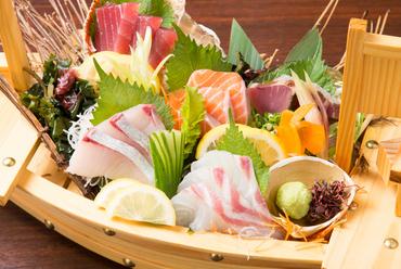 インパクト抜群。新鮮な魚介をたっぷり満喫できる『お刺身の五点盛り合わせ』