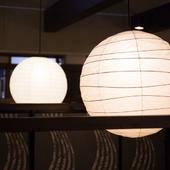 照明や障子、屏風など、随所に趣向を凝らした落ち着きのある店内