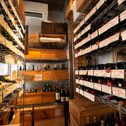 店内にはワインセラーがあり、フランス産を中心に約100種類が揃います。