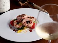 シェフのオリジナルレシピによる前菜『フォアグラとイチジクの燻製サラダ仕立て』