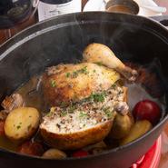3種のお米(福岡産米、山形産香り米、ワイルドライス)を詰めたひな鶏とコンフィした野菜に、鶏ガラを2日炊いたフォンブランを加えココットで焼いています。噛みしめるほどに素材のもつ旨みが広がります。