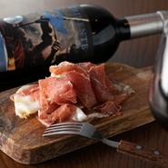 店主が塩加減とバージンオリーブオイルとの抜群の相性に惚れ込み、原木のまま仕入れる『生ハム』はイタリア・パルマ産のもの。常に複数種類を揃えているワインから、自分好みのマリアージュも探し出せます。