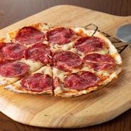 店で粉からつくる本格ピザはクリスピータイプ。人気のイベリコ豚サラミのほか、定番の『マルゲリータ』など常時10種以上があります。テイクアウトもできるので、自宅でのパーティーやお土産にも重宝する一品です。