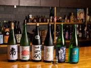 プレミアムな日本酒を50mlから頼めます。季節ごとになかなか手に入らない日本酒を仕入れている為、同じお酒をまた仕入れる事はほとんどないそう。ちびちび飲み比べて一期一会な出会いを見つけるのも愉しいでしょう。