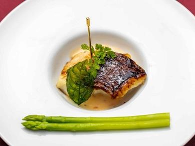 季節の鮮魚を楽しめるコースの一皿『お魚料理』