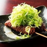 揚げたての串かつに、名古屋名物の赤味噌だれをたっぷり絡ませたひと皿。旨味たっぷりの国産豚に甘みの強い味噌がよく合い、たっぷりのねぎに食欲をそそられます。串ものの注文は2本からとなります。