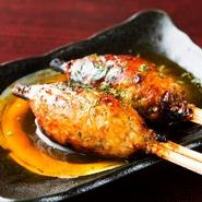 朝挽きの新鮮な鶏挽き肉を、備長炭で素早く焼き上げることで、ふんわりとした食感に仕上げています。そこにコクのあるタレと、玉子の黄身が絶妙に絡んで、旨味が口いっぱいに広がる、クセになるメニューです。