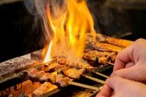 炭火で焼き上げる焼き鳥は一番人気