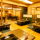 木質の床、テーブルなど店内は落ち着ける雰囲気