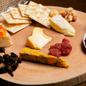 多彩なワインに合わせてセレクトしてくれる『チーズ盛り合わせ』