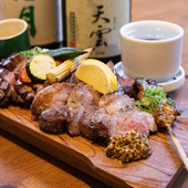 牛、鶏、豚をシェアして楽しむ『炉端の肉盛り』