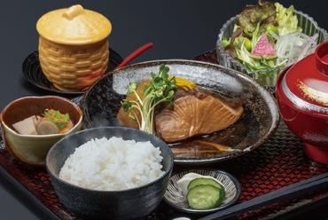 料理長自慢のデミグラスソースがクセになる逸品。洋食の定番『ハンバーグと海老フライ』