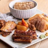 手間ひまかけて仕上げた伝統的な沖縄料理を提供
