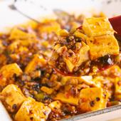 独自にスパイスをアレンジした自家製ラー油が決め手。ちょい辛風味が肉の旨味を引き立てる『麻婆豆腐』
