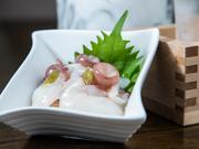 刺身でも食べられる新鮮な大きめの蛸を生のままわさびで漬けています。わさびは辛すぎないように調節し、年代問わずおいしく食べられる一品です。