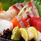 その日に入った新鮮な魚介をいただく『おまかせお造り盛り合わせ』