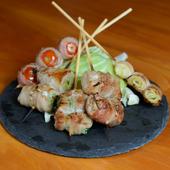 野菜と香ばしい豚バラ肉の相乗効果でおいしさ倍増。ヘルシーさも人気の『おまかせ5本盛り(野菜巻き)』