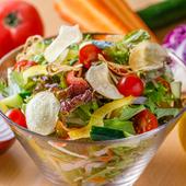 約8種の野菜がてんこ盛り。自家製の和風ドレッシングで食べる「彩り野菜のサラダ』