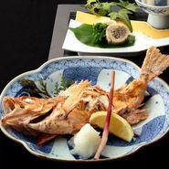 厳選の「A5ランク山形牛」と日本海の高級魚「のど黒」が付いた豪華絢爛の特別会席プラン。接待や会食にも安心のソムリエ厳選の日本酒をはじめとする2.5H飲み放題付きのコースです。