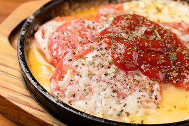 3種のチーズとトマトの酸味がたまらない『たっぷりチーズとトマトの鉄板焼き』