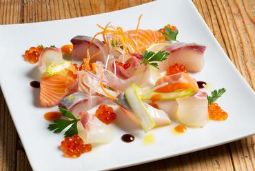 日替わりで旬の魚が楽しめる『本日のカルパッチョ盛』