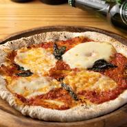 注文が入ってから生地を伸ばして焼き上げます。常に出来立てが食べられるのはうれしいポイントです。具材はトマト、バジル、モッツアレラなどシンプルで、変わらぬおいしさを楽しんでください。